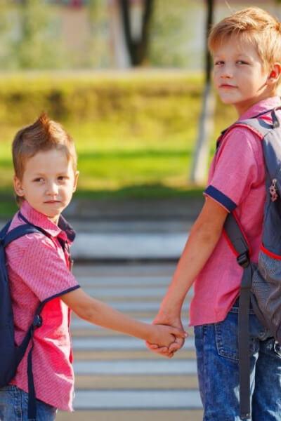 Dzieci przechodzące przez pasy